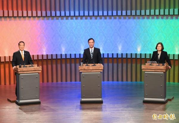總統候選人辯論會昨天登場,民進黨總統候選人蔡英文(右)與國民黨總統候選人朱立倫(中)數度交鋒。(張嘉明攝)