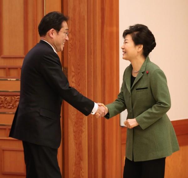 南韓總統朴槿惠也呼籲日本,迅速落實談判結果,更希望南韓人民及慰安婦受害者從改善日韓關係的大局出發,對談判結果給予理解。圖為朴槿惠與日本外相岸田文雄握手。(歐新社)