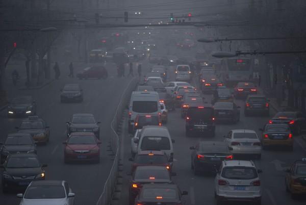 中國霧霾問題相當嚴重,有學者建議「北民南移」。(美聯社)