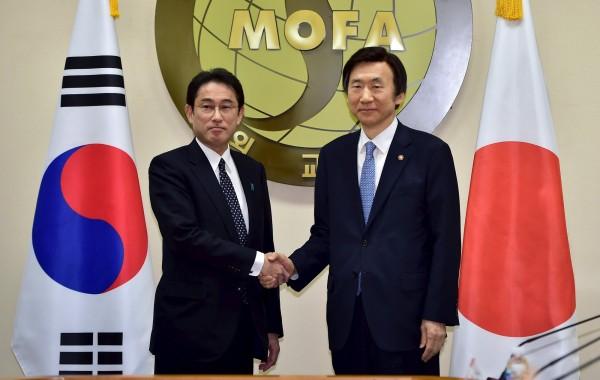 日本外相岸田文雄(左)與南韓外交部長尹炳世(右)在首爾舉行會談,對爭議許久的慰安婦問題達成共識。(路透)