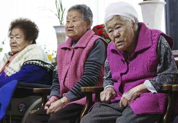 南韓相關團體「挺身隊問題對策協議會」譴責該協議是「辜負受害慰安婦及韓國人民厚望的外交勾結」。慰安婦阿嬤李溶洙更說,不是要錢,是要法律賠償。(美聯社)
