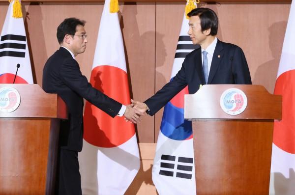 日韓今針對慰安婦議題達成協議,我國長期從事慰安婦人權運動的婦女救援基金會表示,盼日本政府一體適用,也希望我外交部向日本要求。圖為日韓代表握手。(歐新社)