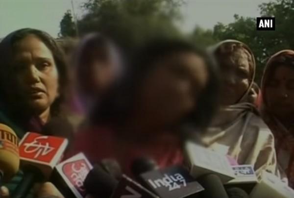 印度發生另人震驚的強暴案,村莊選舉中,落選者的親友竟然輪流性侵勝選者的女兒,馬賽克者為少女的媽媽。(圖片擷取自YouTube)