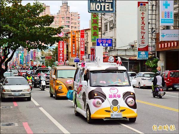 立委候選人蕭美琴的牛奶公車和貓公車很吸睛。(記者王錦義攝)