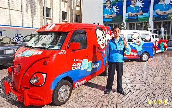 藍營的巡迴胖卡車抵達花蓮,立委候選人王廷升全程陪同。(記者王峻祺攝)