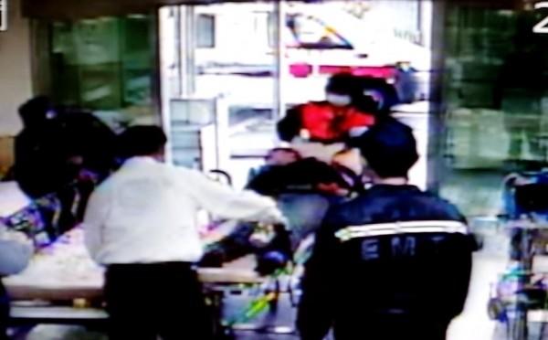 24歲少婦今下午被發現在汽車旅館疑似喝農藥欲輕生,救護人員連忙送往醫院急救。(記者王善嬿翻攝)
