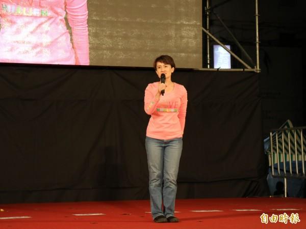 民進黨今晚在花蓮市舉行總統蔡英文、立委蕭美琴造勢晚會,蕭美琴致詞時提到支持者受到很大的壓力。(記者王錦義攝)