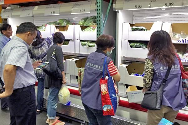 台北市衛生局抽驗零售業者、超市、大賣場、批發市場及學校自設廚房的生鮮蔬果殘留農藥含量。(資料照,產發局提供)。