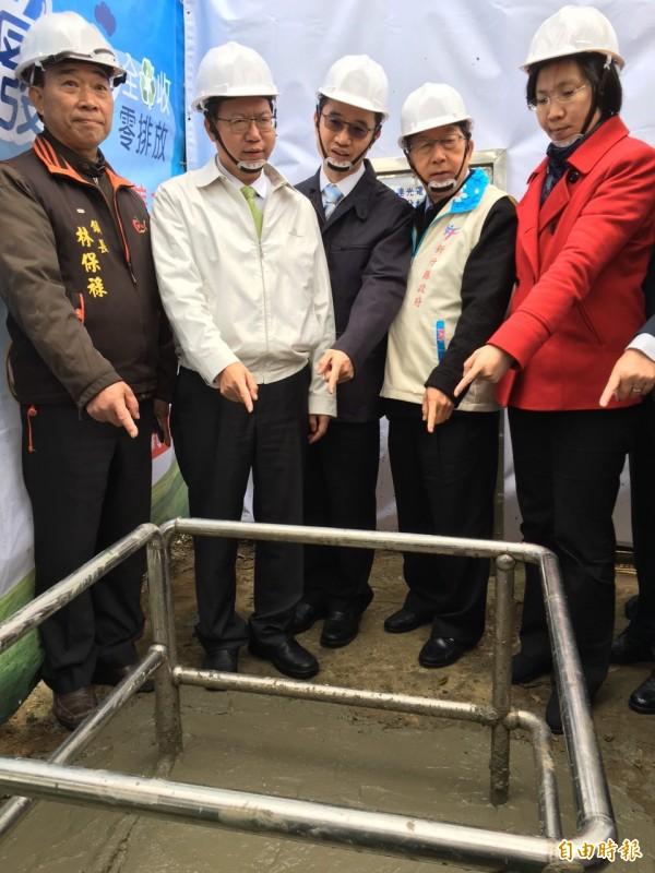副總統候選人徐欣瑩(右一)關心華映、友達封管過程。(記者周敏鴻攝)