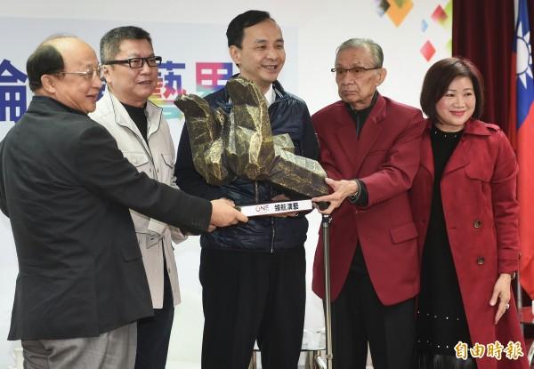 台灣演藝人協會理事長楊光友(左二)在會中痛批,「年輕人懂個屁啊!」(記者朱沛雄攝)