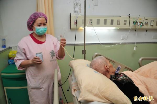 部立花蓮醫院自從SARS之後,也開始試辦「全責護理」,朱立倫允諾如果當選將全力推動。圖為照顧服務員正在照顧一位阿嬤。(資料照,記者花孟璟攝)