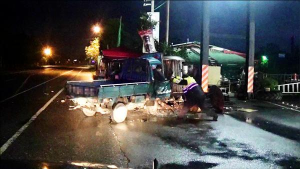 平常有在練柔道的員警李學正,猛力把貨車車門拽開救人。(警方提供)
