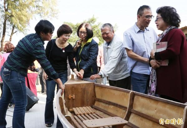 旗津舢舨文化保存基地綠化第一階段工程完工,市府推崇管媽(左三)是最大推手。(記者黃良傑攝)