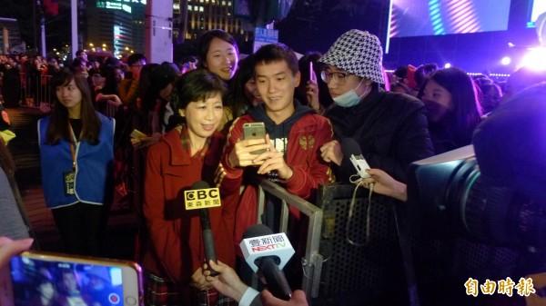 台北市長夫人陳佩琪晚間身著套裝現身台下,要跟柯一起看煙火,搶站前排的中國觀眾,看到佩琪出現也忙著合照。(記者游蓓茹攝)