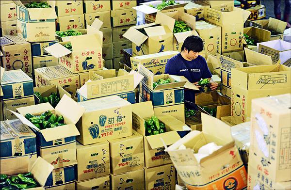 兩岸貨貿談判,經濟部證實將再開放生鮮農產品,棄守原先不開放農產品原則,意味我國部分農產品必須面臨對中國開放且逐步降至零關稅的挑戰。(資料照)
