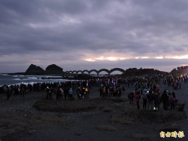 台東三仙台海邊美麗天光搭配無敵海景,讓迎曙光的民眾很感動。(記者張存薇攝)