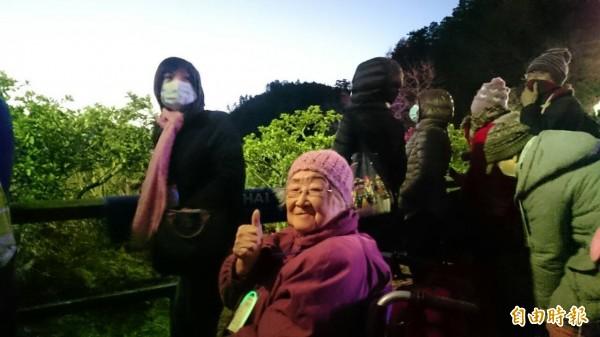 94歲的老奶奶張淑芳由女兒陪同專程從台北南下,坐著輪椅到阿里山看日出,她說台灣很美。(記者余雪蘭攝)