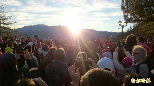 數千民眾在阿里山迎來美麗的新年第一道曙光。(記者余雪蘭攝)