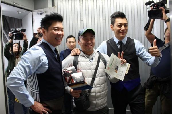 藝人曾國城、聶雲在華航曙光專機上發放哈拿之家簡介,讓乘客很驚喜。(華信航空提供)