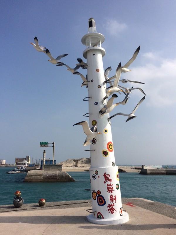 鳥嶼新地標,以海鷗環繞燈塔為意象,打破鳥嶼無鳥的神話。(林長興提供)