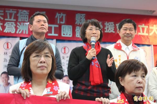 國民黨副總統候選人王如玄(中)今天到新竹縣大談自己當年的政績拚勞工團體關愛的眼神。(記者黃美珠攝)