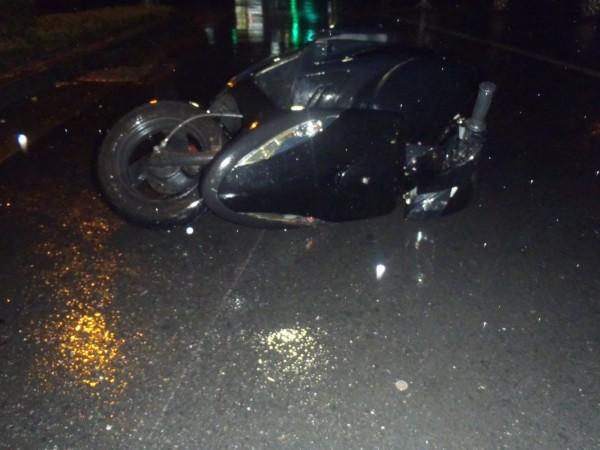 黃姓廚師學徒的機車倒在路中央。(記者江志雄翻攝)