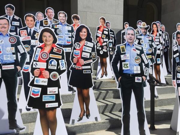 「加州不給賣」針對財團綁架政客提出了絕佳的辦法:在議員的身上,貼上贊助他們的前十大贊助者商標!(圖取自CaliforniaIsNotForSale.com)
