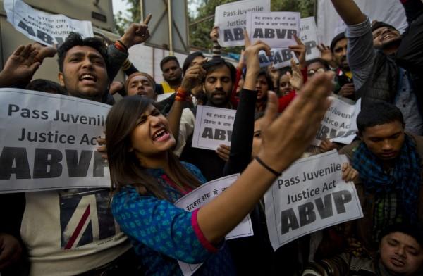 2012年印度巴士輪姦案震驚世界,也讓印度社會檢討婦女遭壓迫問題。2015年12月中,該案嫌犯將被釋放,許多人為此集結抗議。圖為資料照。(美聯社)