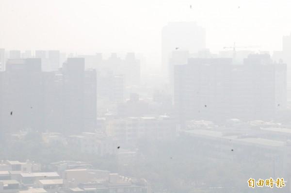 高雄今日的空氣品質非常糟糕,全市一片紫爆,幾乎是伸手不見五指。(記者黃良傑攝)