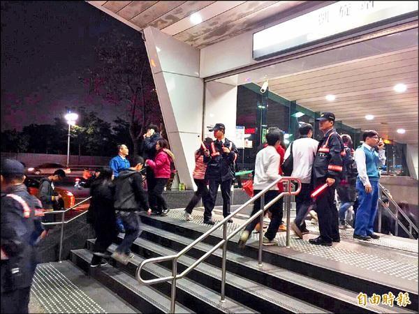 高雄捷運警察對於跨年人潮減少有感,圖為跨年過後、民眾搭捷運離開情況。(記者王榮祥攝)