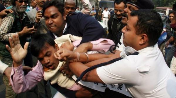 女學生在火車上遭3名軍人輪姦,昏迷一天後才被發現救出,目前已逮捕其中一名涉案嫌犯。(圖擷自《印度快報》)
