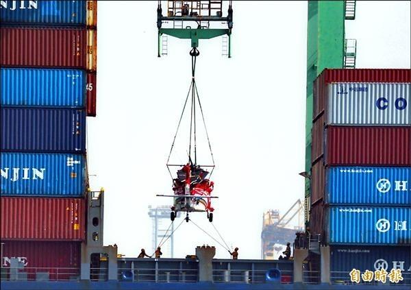 圖為我國向美國採購的黑鷹直升機運抵高雄港。(資料照,記者張忠義攝)