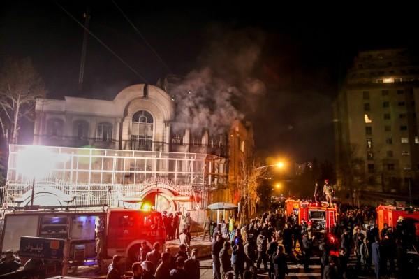 沙烏地駐伊朗首都德黑蘭(Tehran)大使館遭到示威者闖入,有示威者放火。(法新社)