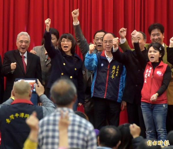 國民黨副總統候選人王如玄(左二)3日出席福建同鄉會會員大會,在致詞後並一起與台下民眾一起高呼口號。(記者王敏為攝)