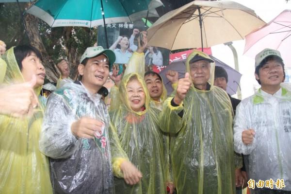 台北市長柯文哲的父親柯承發、母親何瑞英(右二、右三)在台南市長賴清德的陪同下,南下替立委候選人林俊憲(左二)站台。(記者王俊忠攝)