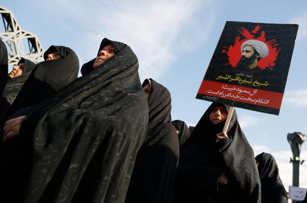 伊朗什葉派民眾在沙國駐伊朗大使館外抗議。(歐新社)