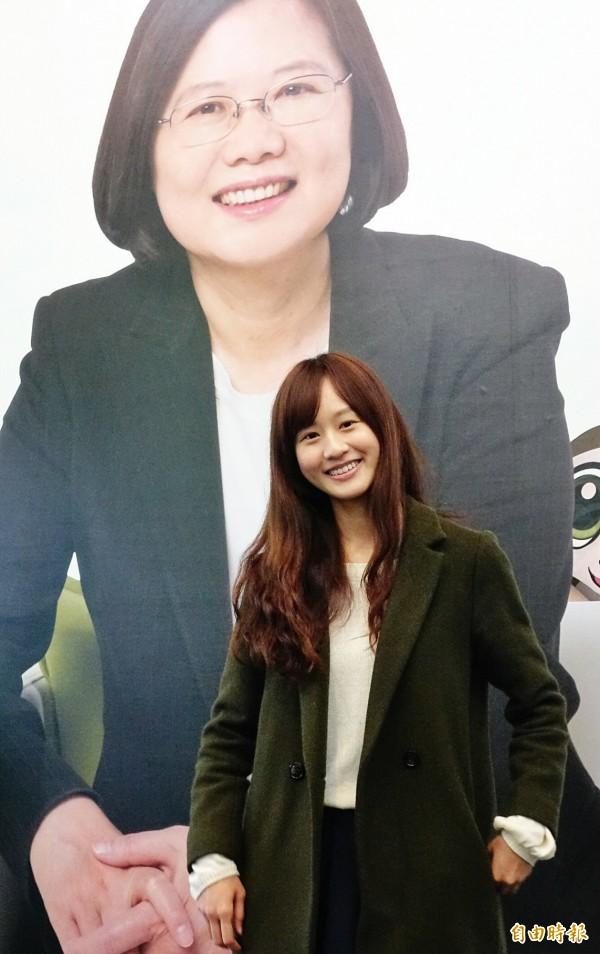 幫蔡英文拍攝廣告女學生連翊婷接受媒體採訪。(記者方賓照攝)