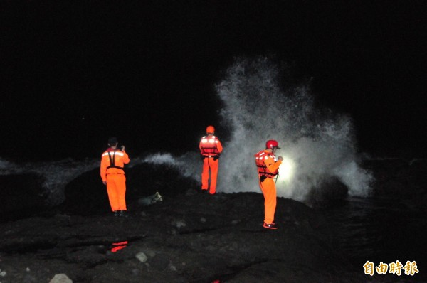 雖浪況不佳,救難人員今天凌晨仍漏夜持續在岸邊搜索。(記者花孟璟攝)