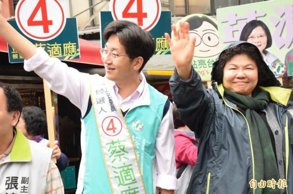 花媽陳菊(右)今天陪蔡適應到安樂市場拜票(記者盧賢秀攝)