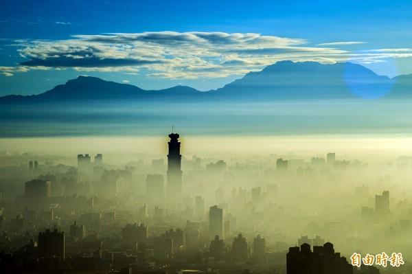 高雄出現了區域性霧現象(記者張忠義攝)