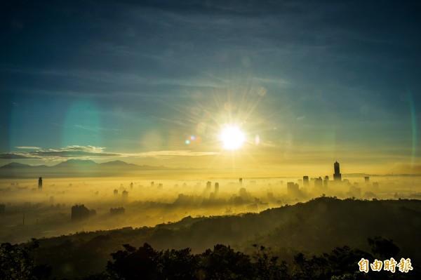 回暖、水氣夠,加上雲霧等多項的配合,才能有這般的美景。(記者張忠義攝)