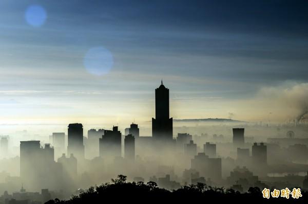 從高處鳥瞰港都晨曦 ,一切盡在不言中。(記者張忠義攝)