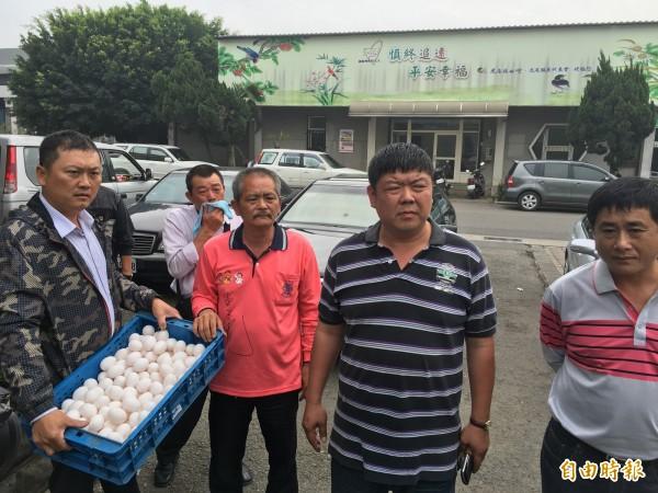 不滿虎尾殯葬所管理有問題,雲林葬儀商業同業公會理事長黃明政與其他會員,帶著雞蛋到殯葬所外抗議。(記者黃淑莉攝)
