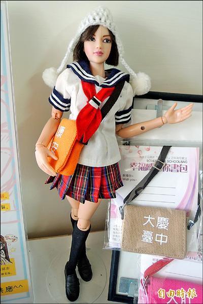 邱浡洧(右)與梁鈺共同佈置充滿趣味的店面,店裡擺放造型百變的台灣娃娃詩涵。(記者劉婉君攝)
