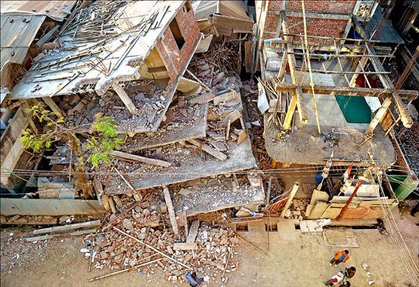 印度東北部曼尼普爾邦四日發生強震,首府因帕爾數棟建築物倒塌。(法新社)