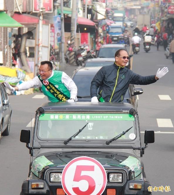 前行政院院長游錫堃(右)陪同彰化第3選區立委候選人洪宗熠(左)掃街拜票。(記者陳冠備攝)