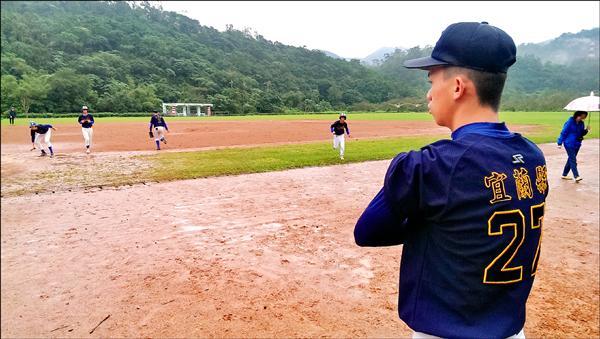 張育睿子代父職,穿上父親球衣,指導蘇中棒球隊練習。(蘇澳國中提供)