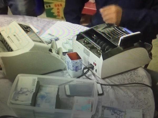 新竹縣警方查扣賭資和抽頭金約382萬元。(記者廖雪茹翻攝)