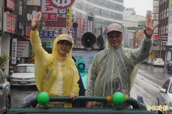 水牛伯游錫堃今日一早跟著陳亭妃走小英路線,沿路拜託民眾踴躍投票。(記者王捷攝)