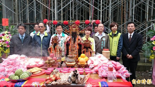 今天游錫堃與陳亭妃到安南區的廟宇參加上樑儀式,替廟宇加持,也祈求好運。(記者王捷攝)